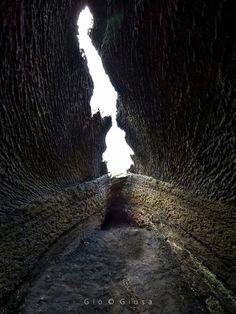 la Grotta di Serracozzo si trova sul versante Est dell'Etna in zona Citelli - Serracozzo ad una quota di circa 1.900 metri slm. immersa tra meravigliose piante di Betulle che la caratterizzano. Foto: Giò Giusa | 16 Giugno 2017