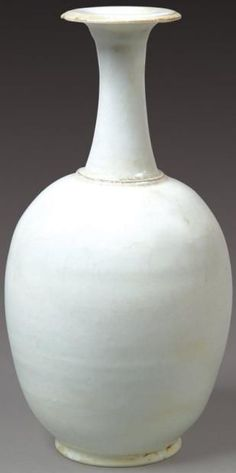 Très rare et important vase bouteille de forme Xing en porcelaine à glaçure blanche transparente. Epoque Tang (618-907). Photo Lafon...