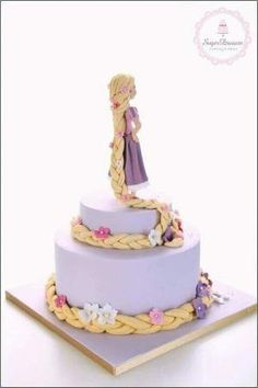 Rapunzel Cake - Rapunzel figurine with braided hair around cake tiers. Cake for women Rapunzel Torte, Bolo Rapunzel, Rapunzel Cake Ideas, Tangled Rapunzel, Tangled Party, Princess Rapunzel, Disney Tangled, Pretty Cakes, Cute Cakes