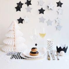 Une super boîte noire et blanche!Avec de la vaisselle jetable, des assiettes, des gobelets, des serviettes et autres accessoires...Toutela vaisselle et la déco pour dresser une table de fête (Noël, réveillon du jour de l'An, anniversaire...) magique !!!ATTENTION: les quantités des produits sont à définir. Certains produits ont été sélectionnés par défaut, ils peuvent être supprimés et remplacés par d'autres produits de la liste.