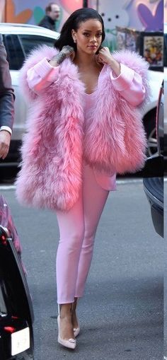 Rihanna lookin' like a pimp in her all pink outfit. / Rihanna lookin' like a pimp in her all pink outfit. // Pinned on DIY Fashion Inspiration. Rihanna Street Style, Fur Fashion, Pink Fashion, Womens Fashion, Fashion Killa, Winter Fashion, Moda Rihanna, Diy Mode, Inspiration Mode