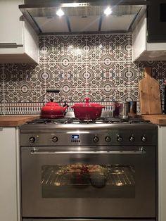 Onze Ikea keuken wit hoogglans met eikenhoutenblad en Marokkaanse tegels