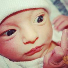 Bébé fesant un doigt