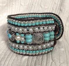 5 rij leer Wrap Silver Turquoise Bracelet manchet: verklaring stuk, howliet edelstenen, parels, Tsjechisch glas, zilver Accent Dragonfly knop OOAK
