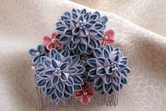 羽二重12匁の作品です。青い花は考えながら作ったので大層時間がかかりました。ブルーとピンク、どちらもパステル調に近いですが、少しトーンを落として染めた布なので、落ち着いた印象です。本体が大きくなりすぎて、コームの歯の部分が見えなくなりました