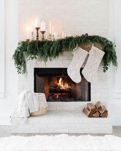 Home Interior White Christmas mantle Christmas Fireplace, Cozy Christmas, All Things Christmas, Christmas Holidays, Christmas Mantles, Black Christmas, Decoration Christmas, Xmas Decorations, Christmas Inspiration