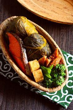 めはり寿司(高菜おにぎり)焼き甘塩トラウト菜の花の胡桃味噌和え出筍の土佐煮茹で絹さや今日の晩御飯に使う為に購入した「高菜のお漬物」を少し使って「めはり寿司」。一度やってみたかった、高菜巻きおにぎりのお弁当です。ご飯は、高菜の茎部分の微塵切り