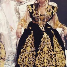 "Gandoura ""fergani"", robe traditionnelle de Constantine (Algérie) brodée de fil d'or selon la technique du ""mejboud""* --- Gandoura ""fergani"", traditional dress of the city of Constantine (Algeria) embroidered with gold, using the ""mejbood""* technique."