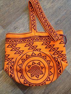 Колумбийская мочила. Вяжем жаккардовую сумку крючком   РУКАВИЧКА (изделия ручной… Tapestry Bag, Tapestry Crochet, Knit Crochet, Mochila Crochet, Crochet Purses, Backpack Purse, Geometric Designs, Handmade Bags, Straw Bag