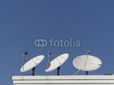Satellitenschüsseln vor blauem Himmel auf einem Hausdach in Bodrum in der Provinz Mugla in der Türkei