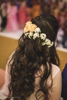 Hey Beautiful Bride-to-be! Want to know new hairstyles for indian wedding function? Here are best hairstyles for your mehndi, haldi & sangeet Open Hairstyles, Braided Hairstyles For Wedding, Indian Hairstyles, Latest Hairstyles, Bride Hairstyles, Amazing Hairstyles, Trending Hairstyles, Hairstyle For Indian Wedding, Hairstyle Ideas