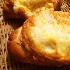 大好きなホシノ丹沢天然酵母でお気に入りのチーズパン❀.(*´◡`*)❀.  角切りチーズを巻き込んで、クープを入れたところにもピザ用チーズをのっけちゃいました  スライスして軽く焼くと最高〜〜‼️ - 83件のもぐもぐ - ホシノ丹沢天然酵母でチーズパン by nao
