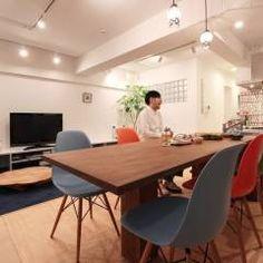 空間の凹凸を活かしたカラフルな家: nuリノベーションが手掛けたオリジナルキッチンです。