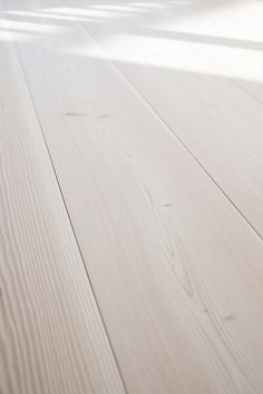 Wooden floorboards in private home in Oslo - pur natur - EN Log Home Living, Art Of Living, Farmhouse Flooring, Wooden Flooring, Residential Interior Design, Home Interior Design, Natural Oak Flooring, White Washed Floors, Maple Floors