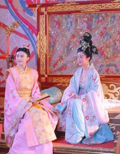 Hanfu:traditional Chinese costume.Fan bingbing (left) and Zhang Tong in 'Empress of China'.