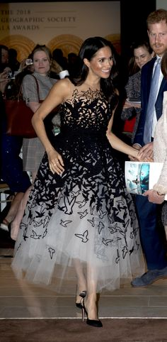 Shop the Oscar de la Renta Birds Tulle Gown as seen on Meghan Markle, the Duchess of Sussex Meghan Markle Stil, Meghan Markle Dress, Meghan Markle Outfits, Meghan Markle Fashion, Oscar Dresses, Formal Dresses, Vestidos Oscar, Fast Fashion, Fashion Outfits