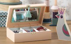 <p>Drewniana szkatułka na biżuterię  pomoże utrzymać Ci porządek i zakończy kłopoty z upychaniem biżuterii po szufladach. Przegródki pomogą posegregować dodatki, a lusterko umożliwi przeglądanie się w ulubionych kolczykach. W naszym kursie pokażemy ci, jak zrobić z prostej drewnianej skrzynki ze sklejki funkcjonalną i oryginalną szkatułkę na  biżuterię.</p>