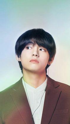 His looks always confuses me. handsome or beautiful ? he looks so angelic 😇 Daegu, Foto Bts, Kpop, Bts Kim, Bts 2018, E Dawn, Kim Taehyung, Record Producer, Bts Bangtan Boy
