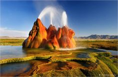 This exceptional geyser landscape in Nevada appears to be of extraterrestrial origin. The geyser discharges boiling water out of three vents heated by an active magma chamber in shallow depth below this area. The geyser is located in the middle of a dried-up lake that covered 22.000 km² at the end of the last ice age. Volcanic basalt lava builds up the bedrock below the sediments of the former lake.