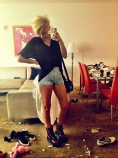 Miley Cyrus shows off her whimsical phone case via Twitter. Love it!