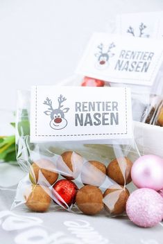 Selbstgemachte kleine Mitbringsel – Rentiernasen in der Tüte Sweet souvenirs for the Christmas season. Reindeer noses for Presents For Kids, Diy Presents, Gifts For Kids, Diy Crafts To Do, Crafts For Teens To Make, Diy Gifts For Christmas, Christmas Time, Diy Xmas, Reindeer Christmas Gift
