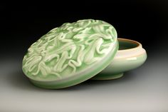 Green China, Ceramic Boxes, Ceramics Projects, White Texture, Glazes For Pottery, Little Boxes, Ceramic Artists, White Porcelain, Arts And Crafts