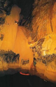 Ülkemizdeki Milli Parklar ,bol görselli-Antalya - Altınbeşik Mağarası Milli Parkı    Yeri: Antalya ili ,İbradi (Aydınkent)ilçesine 7 km. uzaklıkta Ürünlü köyünün yaklaşık 5 km. güneydoğusunda , derin ve sarp Manavgat vadisinin batı yamacında yer almaktadır.    Ulaşım: Milli Parka karayolu ile ulaşım Antalya-İbradi-Ürünlü köyü yolu ile sağlanmakta olup , Ürünlü köyünden Altınbeşik Mağarasına ancak yaya olarak 1 saatlik yürüyüş ile ulaşılabilmektedir.