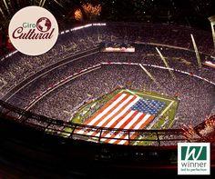 Uma coisa é certa, os americanos sabem como produzir mega eventos. Apesar de pouco divulgado no Brasil, um dos eventos mais importantes dos EUA é o Super Bowl, uma super partida de futebol americano (football). Só para dar uma noção, o domingo do Super Bowl não é considerado um dia comum nos EUA,; é um feriado nacional.