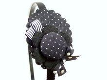 BIXUT- Diadema realizada en tela, lazo, fieltro y botón forrado de tela.