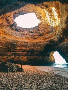 Praia de Benagil. 14 Tage Portugal Roadtrip – vom Norden in den Süden. Porto, Lissabon, wunderschöne Strände und viel Natur. Eine Rundreise durch Portugal ist wunderschön! Verpasst Aljezur nicht, die Algarve und die vielen wunderschönen Surfspots. Alle Infos auf lilies-diary.com.