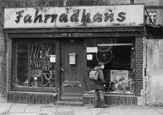 Schulkind vor dem Schaufenster einer Fahrradhandlung in Berlin-Köpenick (DDR). Foto, 1983.