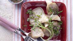 Mit dem schlanken Pilzpfännchen fällt Abnehmen besonders leicht: Austernpilze mit Rucola und Schnittlauch   http://eatsmarter.de/rezepte/austernpilze-rucola