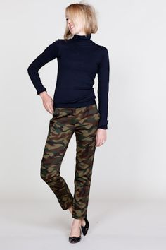 Slimfit camo-pant for women (I want some)! Emerson made.
