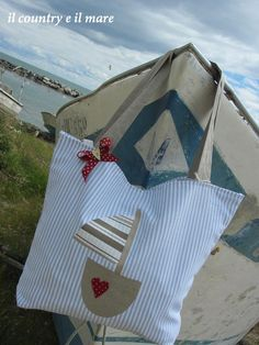 Il country e il mare Beach Crafts, Diy Crafts, My Bags, Purses And Bags, Sacs Tote Bags, Book Purse, Patchwork Baby, Fabric Bags, Cute Bags