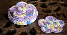 A free, easy crochet pattern for a cute set of flower coasters and holder. These would be a great house-warming or Mother's Day gift!
