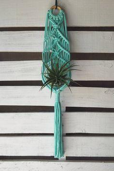 Nieuwe Mini serie!! Iets boho, totaal klassieke. Geïnspireerd door mijn reizen in Mexico en handgemaakt in mijn thuis studio in Denver Colorado, beoogt deze vintage-meets-moderne macrame plant hanger fleuren een venster of een serene verklaring make-up op een muur. Handgeweven op
