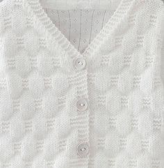 Voici un vrai petit cocoon d'hiver... Ce gilet au point fantaisie tricoté en Fil PARTNER BABY coloris blanc est idéal pour protéger votre bébé du froid ! Modèle n°05 du mini-catalogue n°667, 20 créations spécial layette, automne-hiver 2016/2017