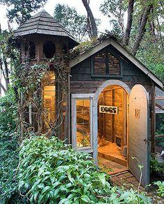 grand poulailler original en forme de grande maison design à poules