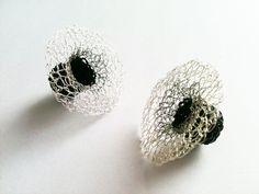 Pendientes tejidos en plata tipo flor tejido en hilo de seda negro, antialérgicos.
