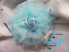 Flower Brooch, Felt Crafts, Hair Clips, Pearl Earrings, Pearls, Hipster Stuff, Manualidades, Hair Rods, Pearl Studs