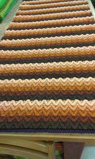 Badrumsmatta Vävföreningen Kulturarvet: Mera mattor nertagna.  [This rug makes me feel optically off-balance!] Braided Wool Rug, Woven Rug, Weaving Designs, Weaving Patterns, Loom Weaving, Hand Weaving, Weaving Textiles, Fabric Rug, Crochet Home