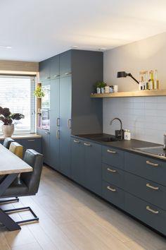 Femkeido | Maatwerk keuken – Leiden Kitchen Interior, Corner Desk, Kitchen Cabinets, Interior Design, Kitchens, Leiden, House, Ideas Para, Furniture