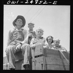 Farm family in town on Saturday morning in San Augustine, Texas Eyes Of Texas, Texas Farm, Farm Family, Dust Bowl, Texas History, Saturday Morning, Vintage Photographs, Old Pictures, 1940s