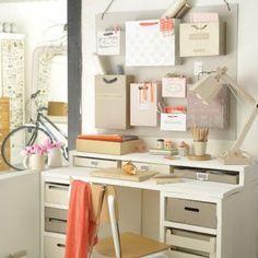 un bureau tout en récup' avec des cagettes et des planches de chantier et des étiquettes sur des sacs de shopping