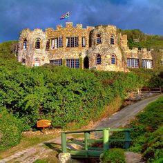 Lindsay Castle is 'n groot klipgebou op 'n rots op die strand by Noetzie. Dit is gebou om soos 'n Middeleeuse kasteel te lyk en is vol gerieflik gemeubileerde kamers met lieflike uitsigte oor die rotse en die see.