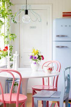 Cozinha, rosa tom pastel, geladeira retrô azul bebê e flores.