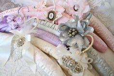 The Polka Dot Closet: Altering Vintage Hangers Wooden Hangers, Padded Hangers, Wedding Hangers, Shabby Chic Pink, Vintage Crafts, Craft Tutorials, Craft Ideas, Craft Gifts, Altered Art