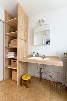スキップフロアでつながるシンプルデザインのお家 Washroom Design, Laundry Room Design, Corner Bookshelves, Natural Interior, Home Decor Inspiration, Ideal Home, Building A House, Sweet Home, House Design