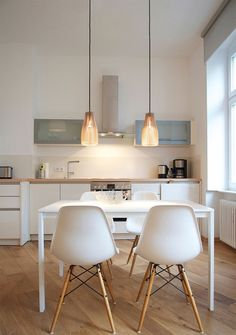 white and wood kitchen and dining table with eames chairs plus Ena - wooden hanging lamp Comedor sillas lámpara cocina Kitchen Interior, New Kitchen, Kitchen Dining, Kitchen Decor, Dining Table, Kitchen Ideas, Room Kitchen, Ikea Table, Kitchen Wood