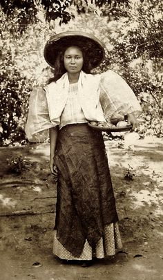 Timeless beauty: Twelve historic photos of charming Filipinas Philippines Fashion, Philippines Culture, Philippines Country, Filipino Art, Filipino Culture, Philippine Art, Philippine Women, Filipiniana Dress, Filipino Fashion
